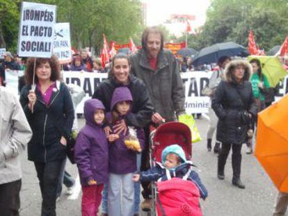 Óscar Perpiñán y María Terol, en la marcha de Madrid, junto a sus hijos.