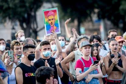 Manifestación celebrada el 22 de julio en Barcelona en la que uno de los asistentes muestra un retrato de Samuel Ruiz, el joven asesinado de una paliza el 3 de julio en A Coruña entre insultos homófobos.