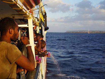 Inmigrantes a bordo del 'Open Arms', fondeado frente a Lampedusa.