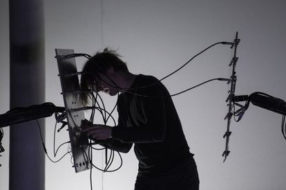 Presentación de Martin Messier, que convierte radiofrecuencias imperceptibles a la vista y el oído en espectáculo audiovisual.