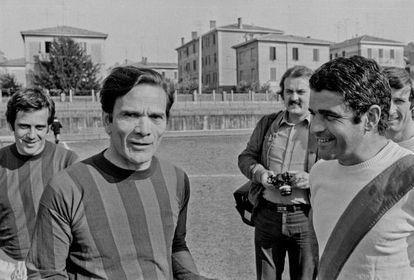 El cineasta y escritor Pier Paolo Pasolini (segundo por la izquierda) antes de jugar un partido de fútbol.