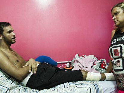 Vitor Santiago Borges, herido de bala por la policía, con su madre en su favela del Complejo de Maré en Río de Janeiro (Brasil).