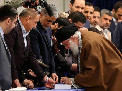 El líder supremo iraní Ali Jamenei llega a depositar su voto, el pasado 21 de febrero.