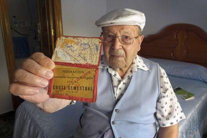 Antonio Asensio, de 99 años, muestra su carné de las Juventudes Socialistas. / P. M.