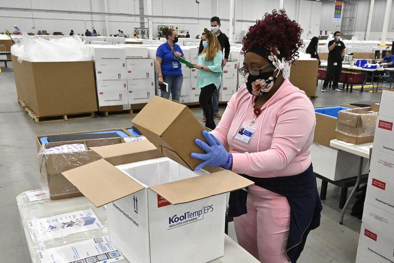 Una trabajadora empaca una caja de la vacuna Johnson and Johnson COVID-19 en una hielera para enviarla a los centros de vacunación, el día de hoy en Kentucky, Estados Unidos.