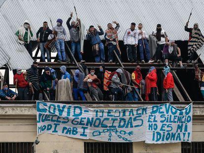 Presos de la cárcel de Villa Devoto, en Buenos Aires (Argentina), se amotinan el pasado 24 de abril para pedir protección contra el coronavirus.