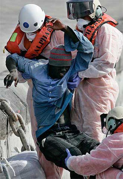 Un inmigrante es atendido en el puerto de Los Cristianos (Tenerife).