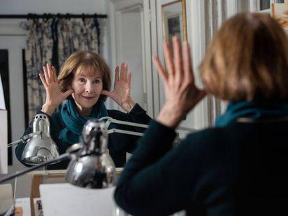 Posy Simmonds, el 19 de febrero, en su casa de Londres, delante del espejo donde simula movimientos y expresiones para luego dibujarlos.