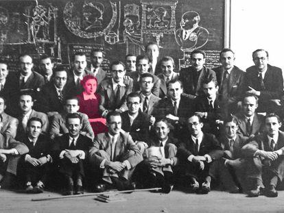 En la segunda fila desde arriba, la arquitecta Rita Fernández-Queimadelos entre sus compañeros de promoción. |