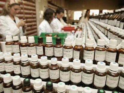 Empleados trabajan en una farmacia homeopático de Londres con los múltiples preparados que ofrecen.