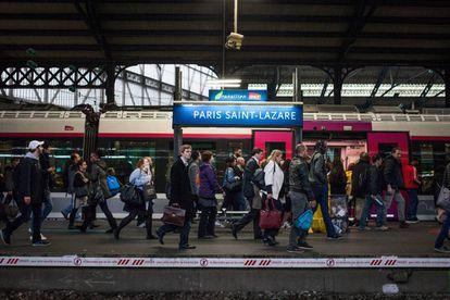 Pasajeros en la estación de trenes Paris Saint-Lazare, en París.