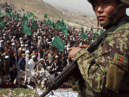 Un afgano vigila la celebración del 33º aniversario del levantamiento de Herat contra la URSS, este miércoles en Afganistán.