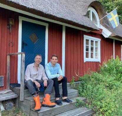 Los investigadores Svante Pääbo y Hugo Zeberg, en la cabaña sueca en la que elaboraron su estudio la semana pasada.