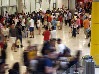 Viajeros en la T4, en el aeropuerto de Barajas.