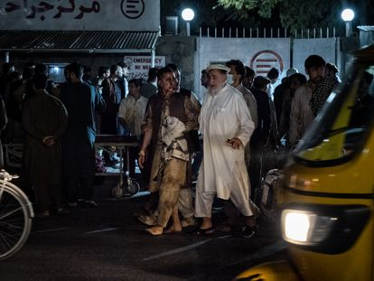Víctimas de los atentados en las inmediaciones del aeropuerto de Kabul llegan a un hospital de emergencias.
