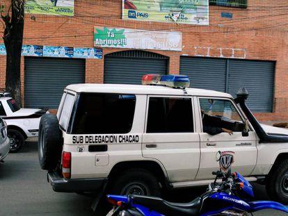 Un coche de policía, este sábado frente a la fachada del club Los Cotorros, donde han muerto 17 personas por la explosión de una bomba lacrimógena.