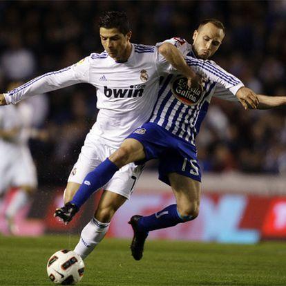 Cristiano pugna por el balón con Laure en uno de los ataques del Madrid.