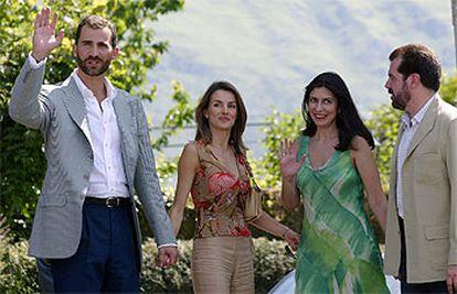 Los príncipes de Asturias posan junto al padre de doña Letizia Ortiz y su esposa.