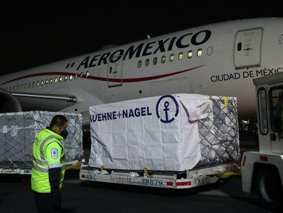 El primer cargamento de vacunas de Covax llega al aeropuerto internacional de Ciudad de México, este 22 de abril.
