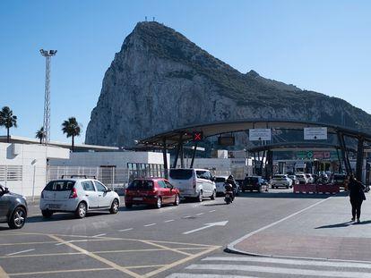 Cola de vehículos en el control fronterizo entre España y Gibraltar, el día 2.