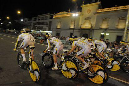 Los ciclistas del Columbia durante la contrarreloj nocturna de Sevilla