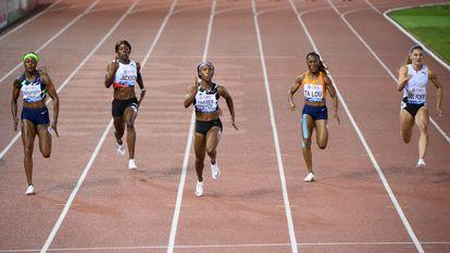 La jamaicana Shelley-Ann Fraser, en el centro, a punto de cruzar  la meta en primer lugar en los 100 metros lisos de la reunión de Lausana. EFE/EPA/LAURENT GILLIERON