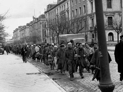 Decenas de prisioneros republicanos son conducidos a un campo de concentración en Madrid en marzo de 1939.