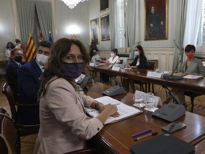 Reunión bilateral entre el Govern catalán y el Gobierno central, este lunes. En primer plano, la consejera Laura Vilagrà; a su lado, el vicepresidente, Jordi Puigneró, y después, el consejero de Economía, Jaume Giró. Enfrente, la ministra de Política Territorial, Isabel Rodríguez.