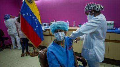 Trabajadores del hospital Domingo Luciani de Caracas reciben el 4 de marzo una vacuna contra la covid-19.