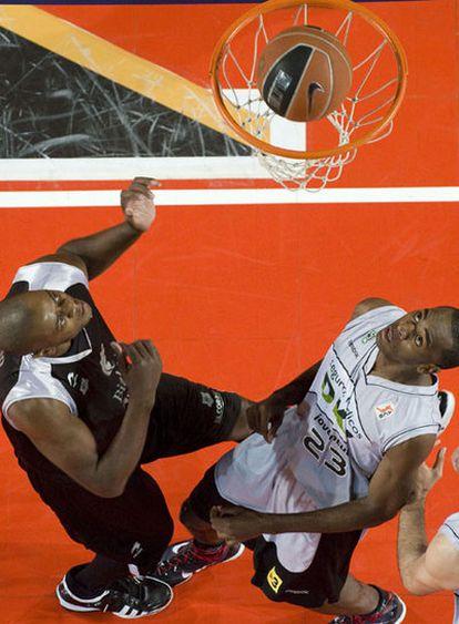 Moiso (izquierda) y Eyenga ven cómo el balón entra a canasta.
