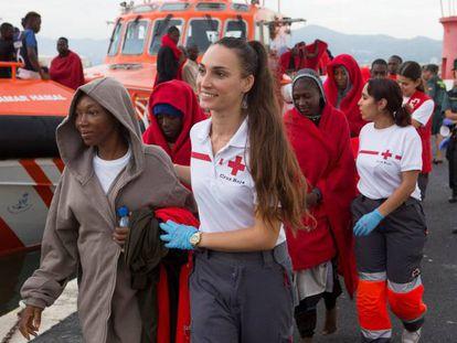 Llegada a Motril (Granada) de 66 migrantes, entre ellas seis mujeres y varios menores.