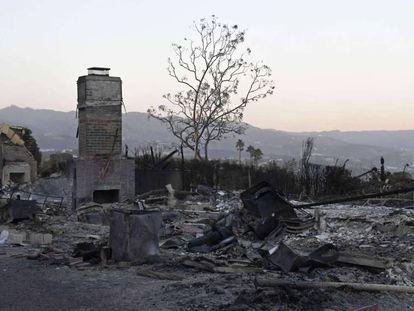 Casas destruidas por el fuego en Malibú, con las montañas de Santa Mónica al fondo. En vídeo, los incendios de California se ceban con las mansiones de los famosos.