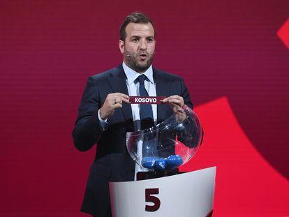 Van der Vaart muestra la papeleta de Kosovo durante el sorteo de la fase de clasificación para el Mundial 2022. / (GETTY)