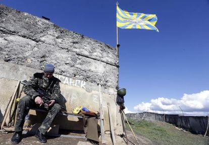 Un soldado ucranio en la base de Belbek, en Sebastopol (Crimea).
