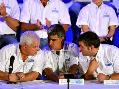De izquierda a derecha: el expresidente de Panamá Ricardo Martinelli con los exministros José Raúl Mulino (Gobierno y Justicia) y Demetrio Papadimitriu (Presidencia)