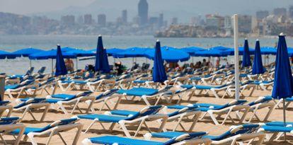 Un puesto de hamacas prácticamente vacías, en la playa de Benidorm (Alicante) este sábado.