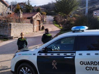 La Guardia Civil, este sábado, en el pequeño Villanueva de Henares (Palencia).