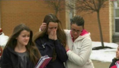 Alumnos se consuelan unos a otros tras el tiroteo ocurrido esta mañana en un instituto de Chardon (Ohio).