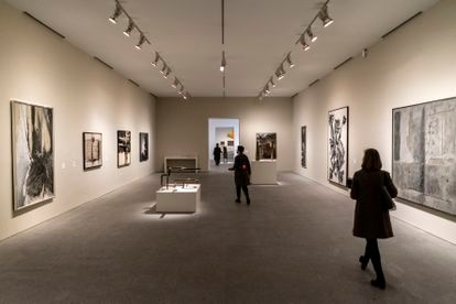 Una de las nuevas salas del Reina Sofía, en concreto la zona dedicada a la abstracción, con obras de Mark Rothko, Antoni Tàpies, Fernando Zóbel, Eusebio Sempere o Martín Chirino.