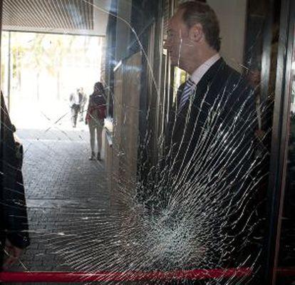 El presidente Fabra ante el cristal del rectorado resquebrajado.
