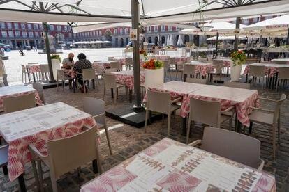 Un pareja de franceses, únicos clientes en la veintena de mesas del restaurante Magerit en la Plaza Mayor.