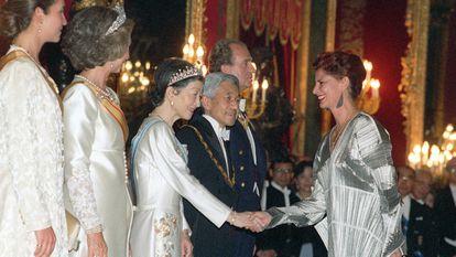 Carmen Alborch, entonces ministra de Cultura, saluda a la emperatriz Michiko en presencia del emperador del Japón Akihito, Juan Carlos I, la reina Sofía y la infanta Elena, el 10 de octubre de 1994. La política llevaba un diseño de Issey Miyake.