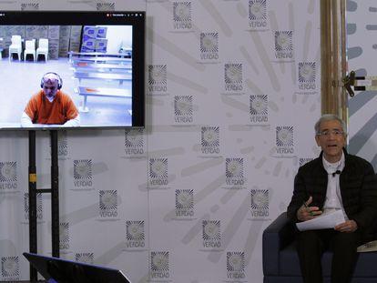 El excomandante paramilitar Salvatore Mancuso, en la pantalla, durante el encuentro virtual con Francisco de Roux, presidente de la Comisión de la Verdad.