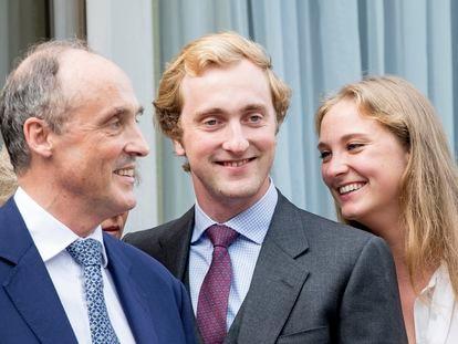 El príncipe belga Joaquín, décimo en la línea de sucesión, entre su padre Lorenzo y su hermana Luisa María, en 2017.