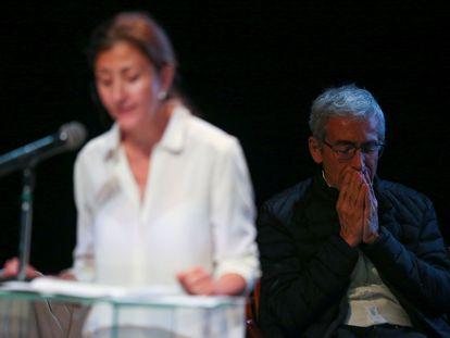 Francisco de Roux, presidente de la Comisión de la Verdad, escucha la intervención de Ingrid Betancourt, quien permaneció más de seis años secuestrada por las FARC.