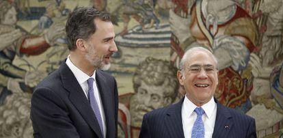 El Rey con el secretario general de la Organización para la Cooperación y el Desarrollo, Ángel Gurría.