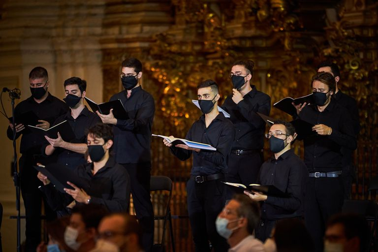 Miembros del coro durante el concierto de inauguración de la 69ª edición del Festival de Granada, en la catedral de la ciudad.