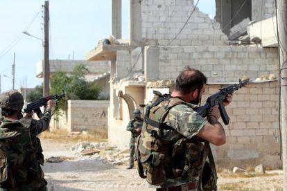 Dos soldados rebeldes contra posiciones del régimen en Qusayr, en Siria.