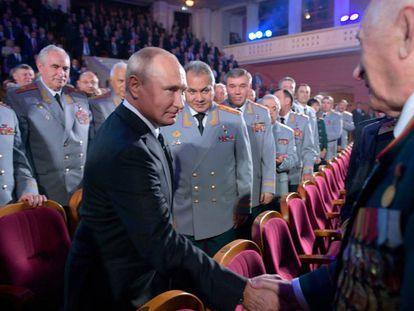 El presidente ruso, Vladímir Putin, y el ministro de Defensa, Serguéi Shoigu, en la ceremonia por los 100 años del GRU, en noviembre de 2018 en Moscú.