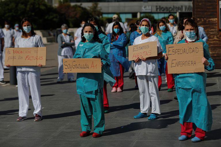 Un grupo de enfermeras se manifiesta en el exterior del hospital La Paz en Madrid en octubre de 2020. EFE/ Emilio Naranjo